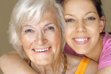 Großmutter und Enkelin lächeln