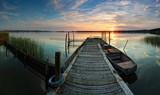 Fototapety Steg mit Boot im Sonnenuntergang