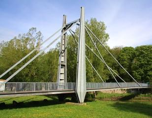 Pont métallique piéton, suspendu, beau et grand, verdun 2013