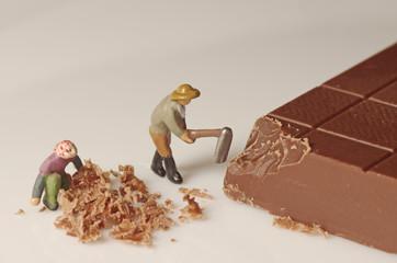 チョコレートを砕く人形たち