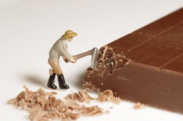 チョコレートを削る人形