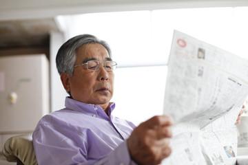 新聞を読むシニア