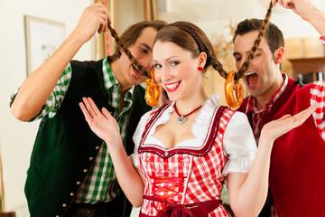 Leute in Bayerischer Tracht in Wirtschaft oder Restaurant