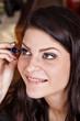 ������, ������: Femme appliquant du mascara