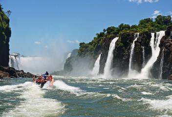 Iguazú-Wasserfälle, mit Boot