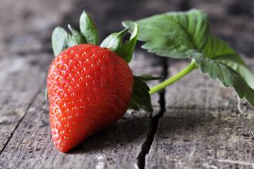 Erdbeere auf Holz