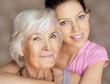 Großmutter und erwachsene Enkelin