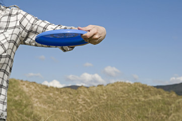 woman throwing frisbee
