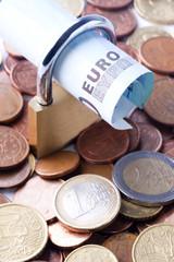 candado con billete de euro