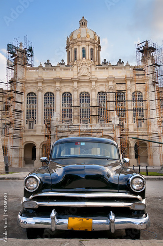 In de dag Cubaanse oldtimers Old car parked in Havana street