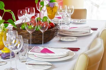 Festlich gedeckter Tisch mit Menükarten