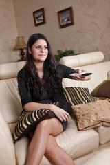 Femme regardant la télé