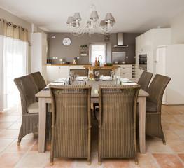 Gedeckter Tisch in der Wohnküche
