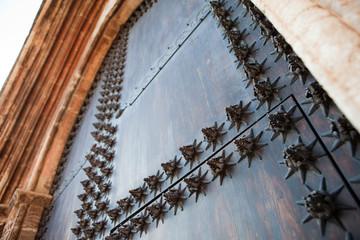 Detalle de puerta de madera con ornamentos de hierro