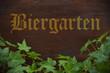 Holzbrett mit Efeu und Biergarten