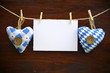 2 Stoffherzen mit Blankokarte auf Holzbrett
