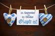 2 Stoffherzen Oktoberfest auf Holzbrett mit O´zapt is