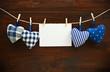4 Stoffherzen mit Blankokarte auf Holzbrett