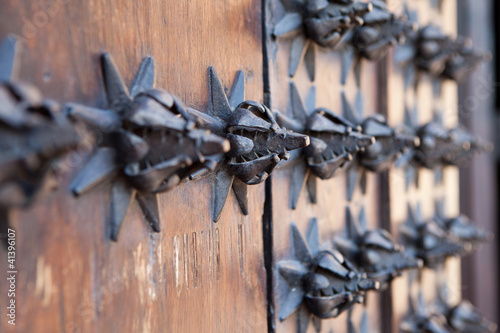 Adornos de hierro en puerta antigua de madera de derlek for Puertas de madera y hierro antiguas