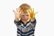 Junge malt mit Fingerfarben