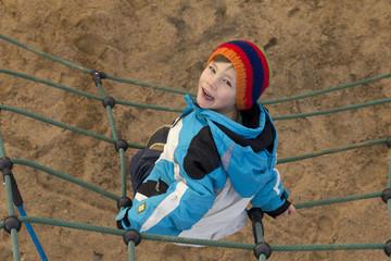 Junge auf dem Klettergerüst