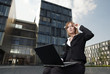Business Frau mit Laptop Outdoor