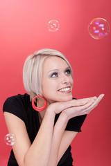 Frau betrachtet Seifenblasen
