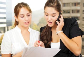 Dos mujeres de negocio