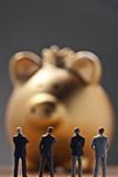 Banker vor einem goldenen Sparschwein poster