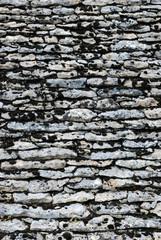 Toiture couverte de tuiles en pierre