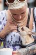 Chihuahua leckt am Finger einer jungen Frau