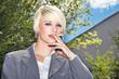Hübsche Frau raucht in der Pause