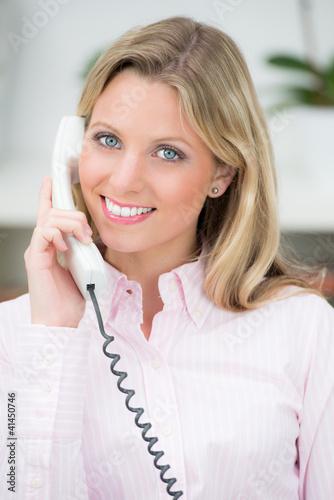natürliche junge frau am telefon