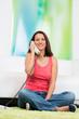 frau telefoniert entspannt von zuhause