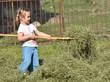 bébé avec herbes