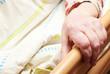 Alte Person im Pflegebett