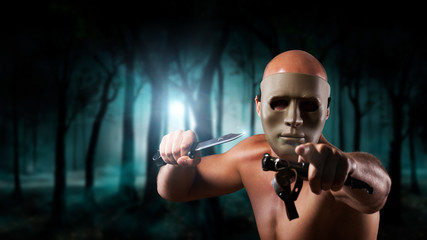 maskierter Angreifer im Wald