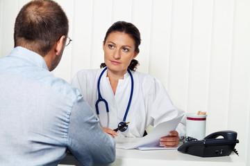 Arzt in Arztpraxis mit Patient. Gespräch