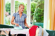 Hausfrau beim Bügeln