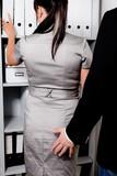 Sexuelle Belästigung am Arbeitsplatz im Büro