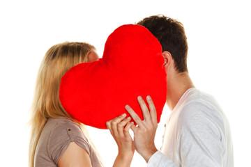 Verliebtes Paar küßt sich