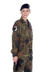 Soldat Frau steht in Pose