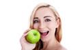 Junge lachende Frau mit einem grünen Apfel in der Hand