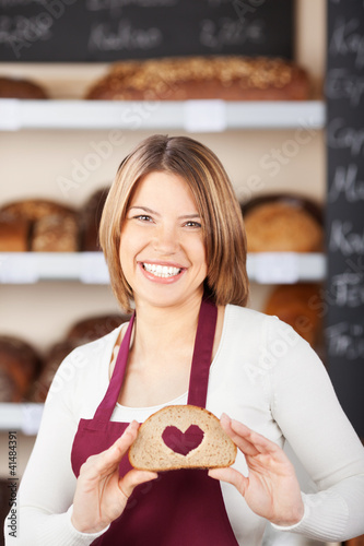 verkäuferin mit herz in der bäckerei