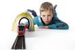 Junge spielt mit Eisenbahn