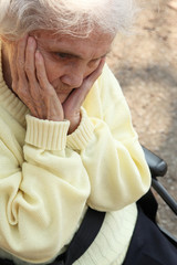 Rentnerin im Rollstuhl