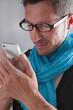 Mann liest eine Nachricht am Mobiltelefon