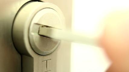 Abriendo cerradura con  una llave