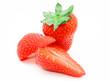 Zwei frische Erdbeeren auf weiß isoliert