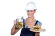 Junge Bauarbeiterin trinkt Bier und isst Hamburger